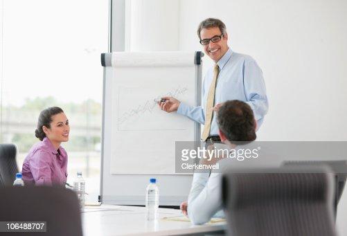 ビジネスマンギブプレゼンテーションを彼のお仕事仲間と「オフィス : ストックフォト