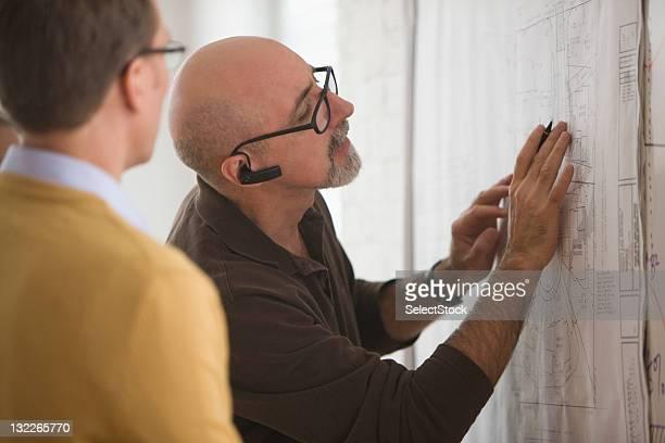 Homme d'affaires va sur plans avec un collègue