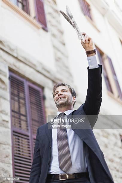 Un homme d'affaires de héler un taxi dans la rue