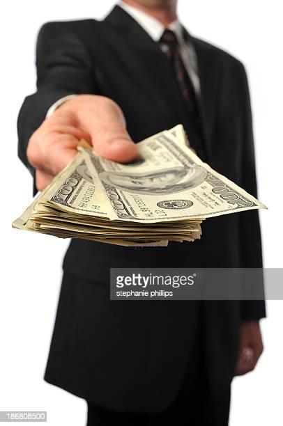 Geschäftsmann Weiterleitung von einen Stapel von Bargeld