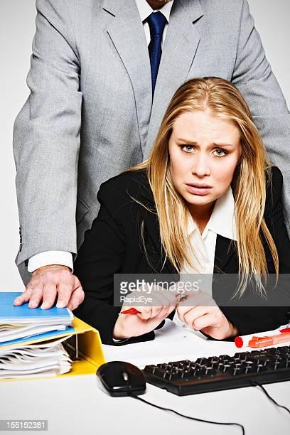 Homme d'affaires à la recherche de femme désespérée harcèlement sans défense de l'employé