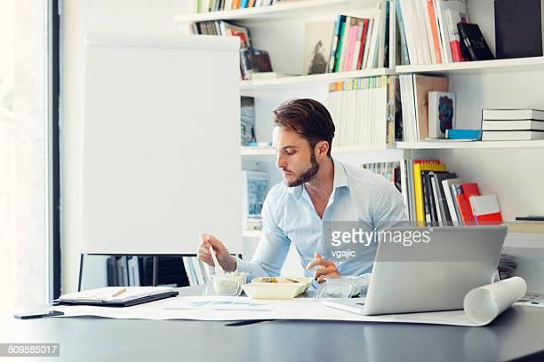 Geschäftsmann mit Mittagspaus'im Büro.