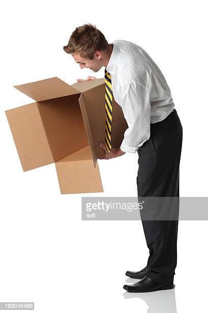 Homme d'affaires tenant une Boîte en carton