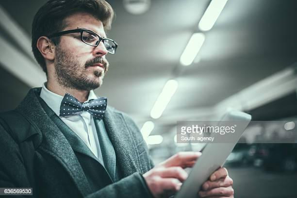 Uomo d'affari tenendo un tablet