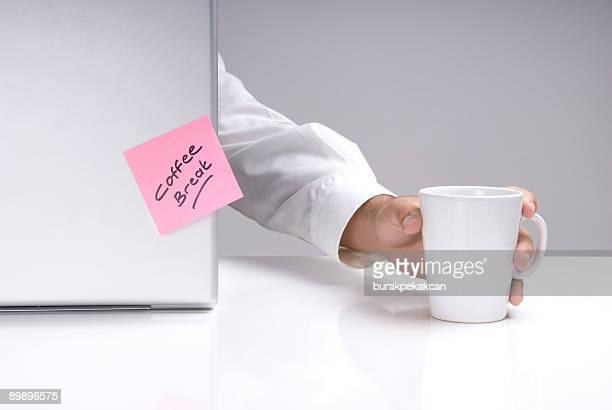 ビジネスマン保持コーヒーマグ