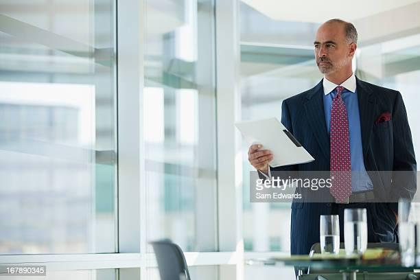 Geschäftsmann holding Ordner im Büro