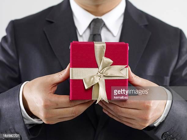 Uomo d'affari con scatola regalo