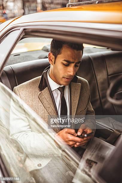 Geschäftsmann in ein Taxi SMS