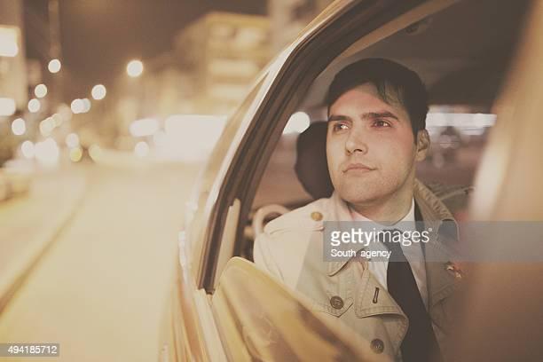 Homme d'affaires dans une voiture dans la nuit