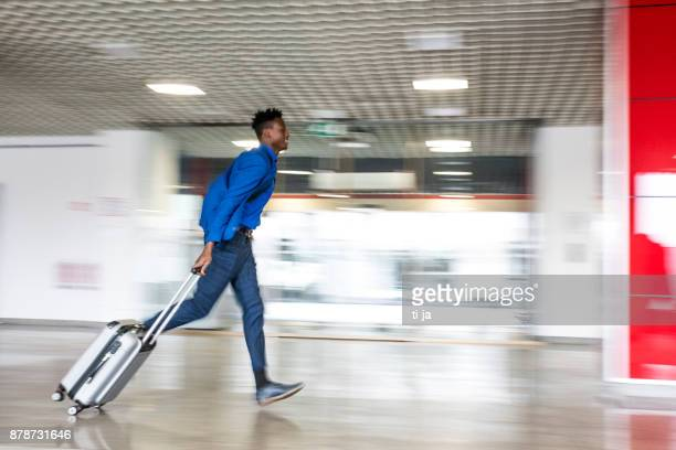 Homme d'affaires pressé avec une valise