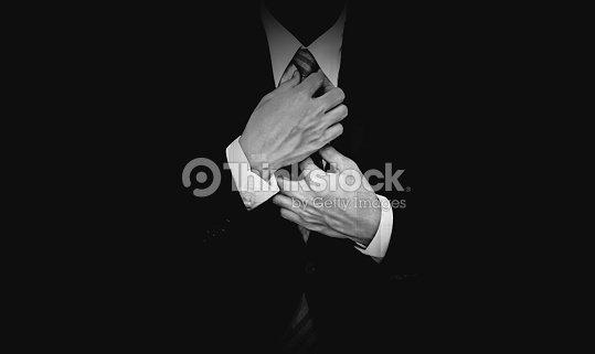 Hombre De Negocios En Traje Negro Sobre Fondo Negro Blanco Y Negro ... 77c539c9fd9