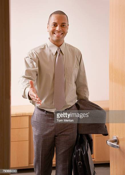 Homme d'affaires dans la salle de conseil avec la main pour une poignée de main