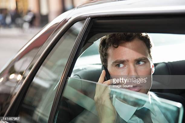 Geschäftsmann in Auto auf cellphone