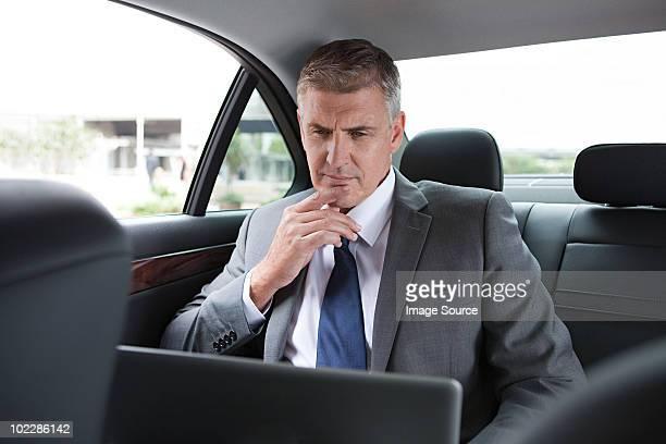 Geschäftsmann mit laptop im Auto