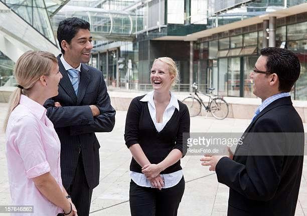 Homme d'affaires en discussion dans un groupe de gens d'affaires