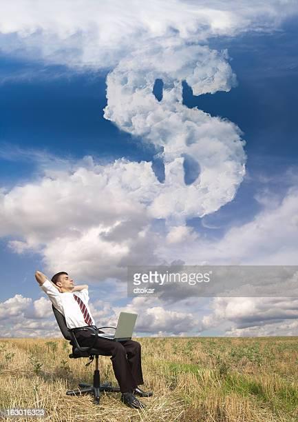Homme d'affaires sur le terrain avec le Symbole du dollar
