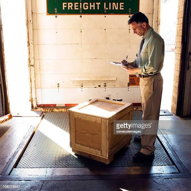 Geschäftsmann in Warehouse auf der Laderampe.