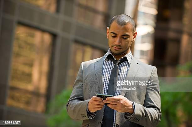 ビジネスマンインスタントメッセージングのスマートフォン