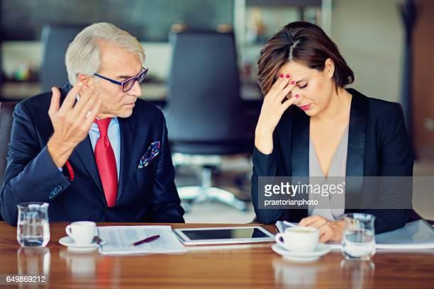 Homme d'affaires est insultant son Secrétaire