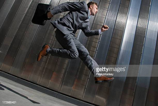 Geschäftsmann springen auffälligen modernes Gebäude