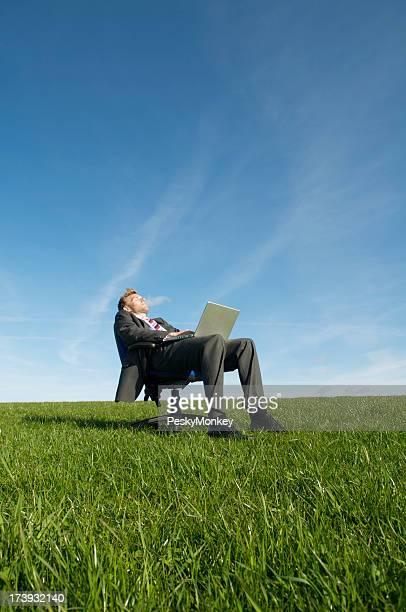 ビジネスマンキックバックにノートパソコン用の椅子