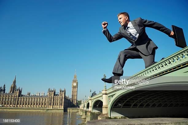 Geschäftsmann springt über Westminster Bridge London