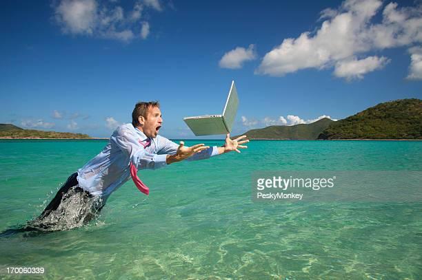 Geschäftsmann springt über Wasser fallenden Laptop