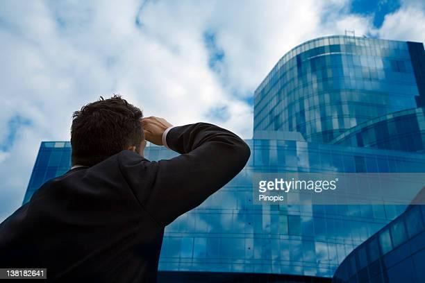 ビジネスマンて、モダンな建物