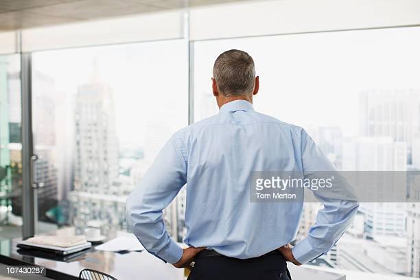 Hombre mirando a la ciudad