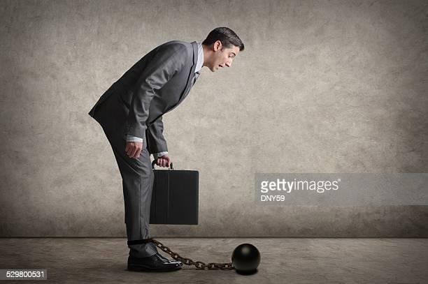 Homme d'affaires à la recherche sur son ballon et chaîne