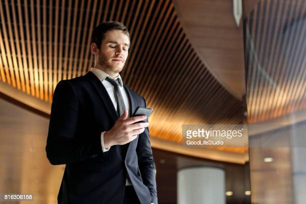 Zakenman kijken naar zijn mobiele telefoon