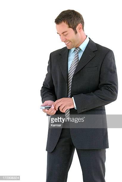 Hombre de negocios mirando a un teléfono móvil