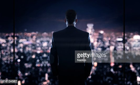 Homme d'affaires, regardant la ville de nuit : Photo