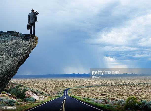 Empresario mirando hacia fuera hacia Long Lonely Desrt la