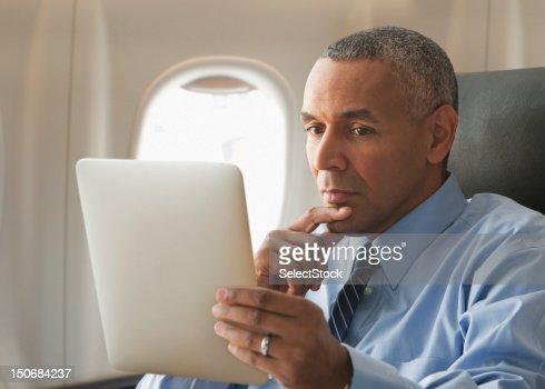 実業家のタブレットを見渡す電子 : ストックフォト