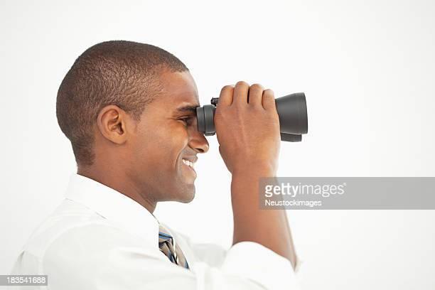 Empresário Olhando através de Binóculos