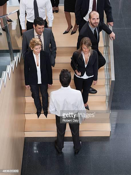 Homme d'affaires à la recherche de l'escalier bureau de travail