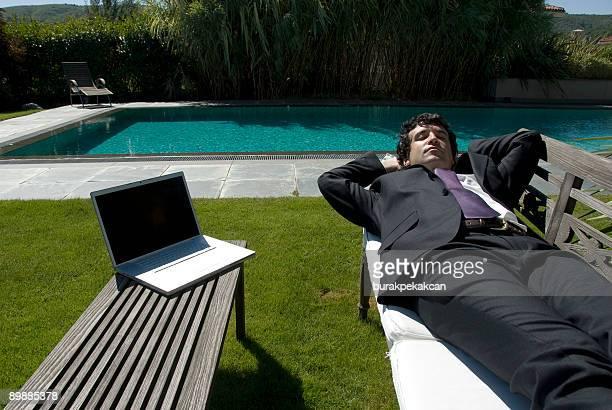 Geschäftsmann liegen im Garten, Zekeriyaköy, Istanbul, Türkei