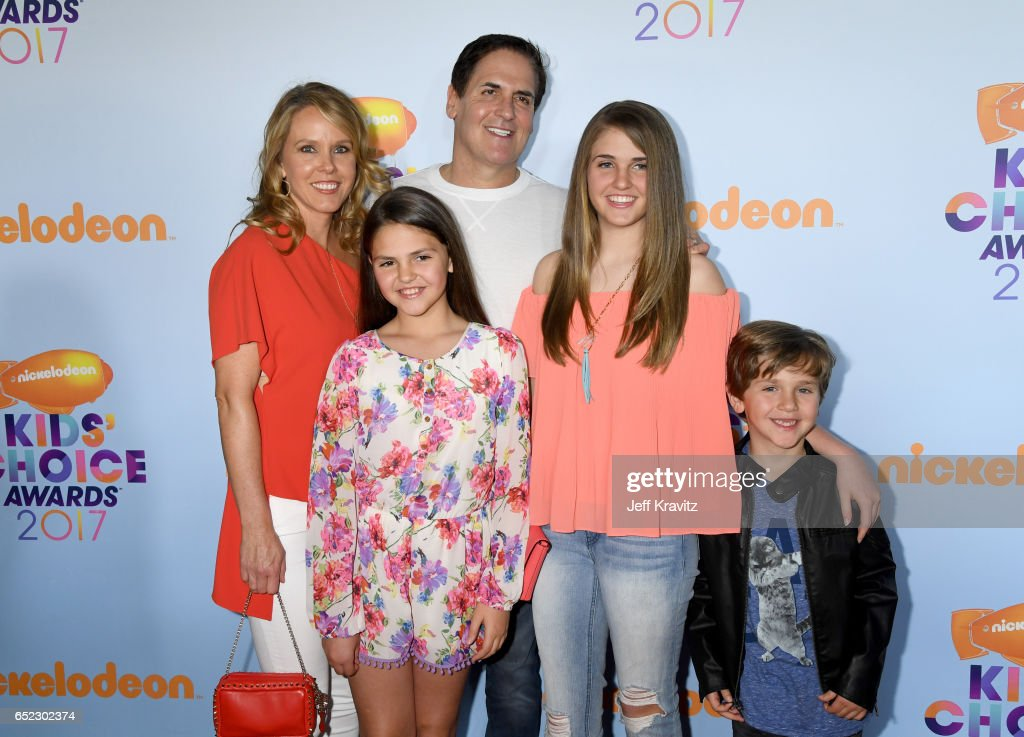 Businessman Mark Cuban (C) with Tiffany Stewart (L) and Alyssa Cuban, Alexis Sofia Cuban, and Jake Cuban at Nickelodeon's 2017 Kids' Choice Awards at USC Galen Center on March 11, 2017 in Los Angeles, California.