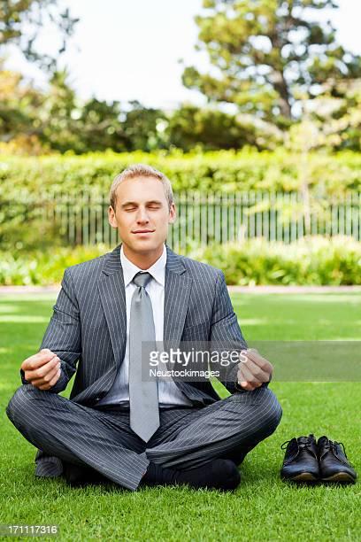 Empresario Meditando en Park