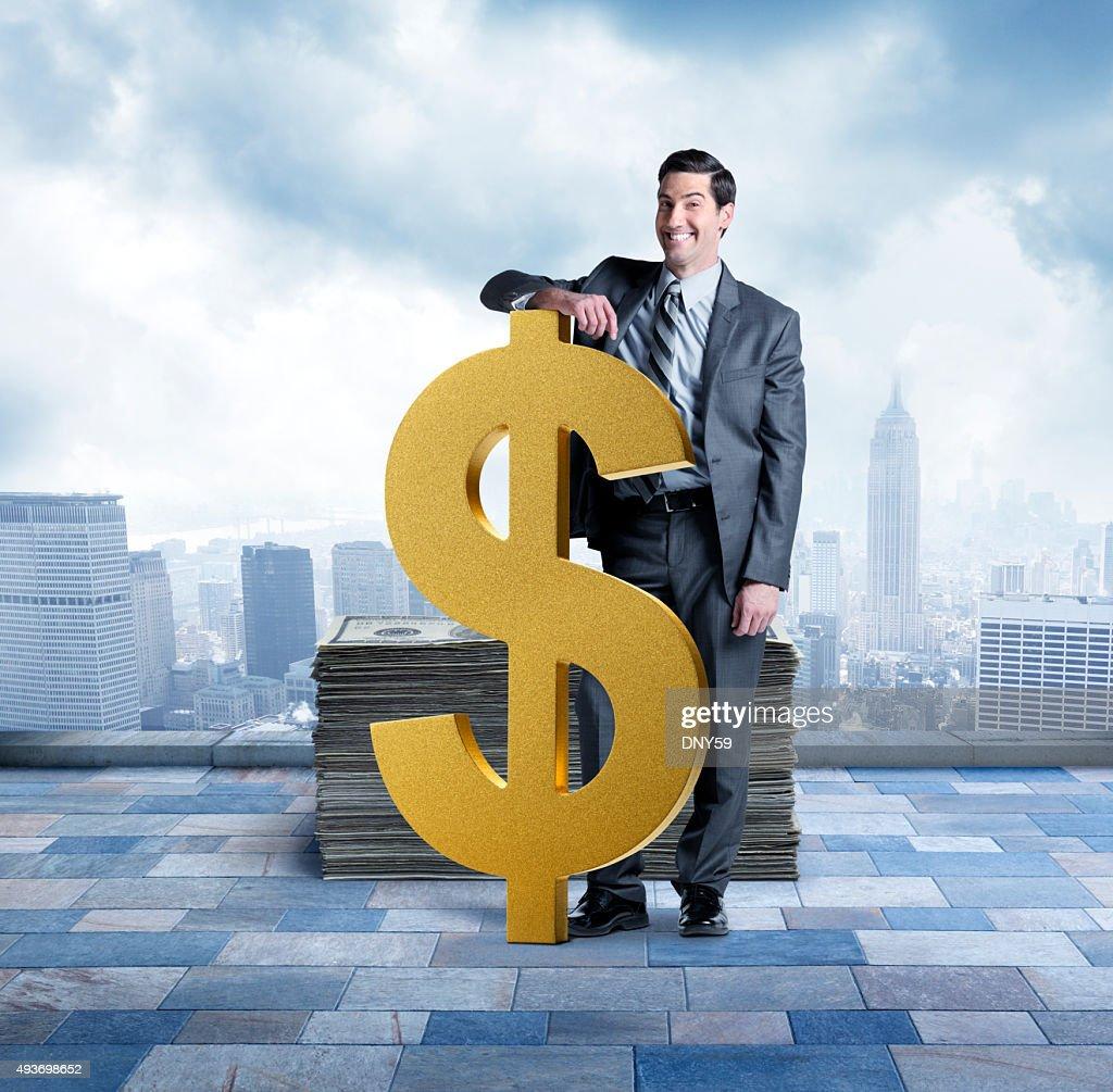 Geschäftsmann neben große Dollar-Zeichen mit Stapel von Geld : Stock-Foto