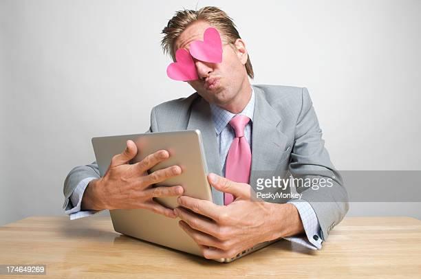 Homme d'affaires employé de bureau Rose coeur embrassant Embrasser un ordinateur portable
