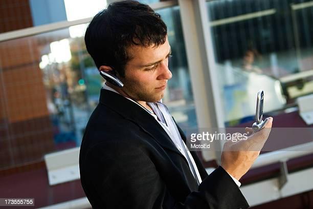Homme d'affaires sur un téléphone portable