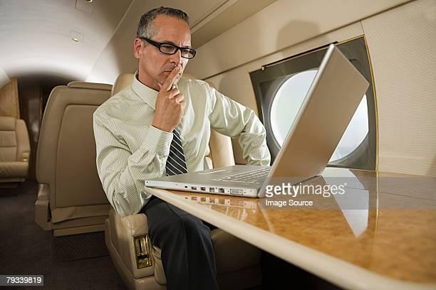 Homme d'affaires sur un avion privé