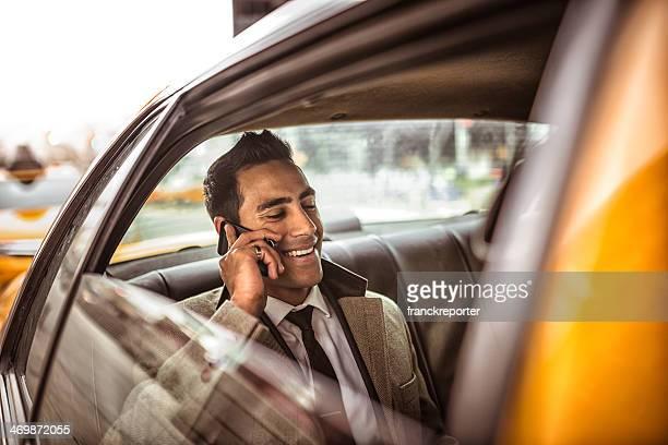 Homme d'affaires sur un taxi jaune