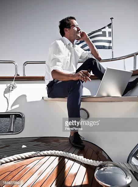 Homme d'affaires à bord d'un yacht