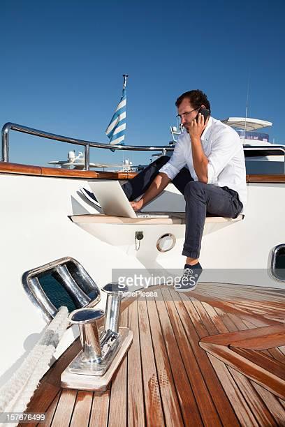 Geschäftsmann an Bord der Jacht