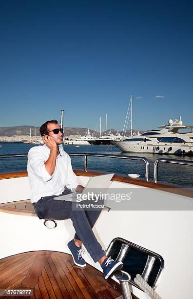 Geschäftsmann an Bord der Jacht arbeiten mit laptop