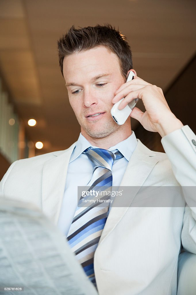Businessman on cell phone : Stockfoto