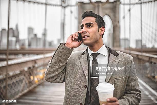 Homme d'affaires sur le téléphone dans brooklyn bridge